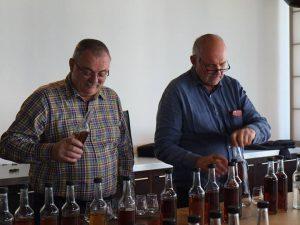 Hans Babits und Rene Zimmermann beim eingiessen