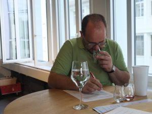 Destillateurmeister Bartholomäus Fink konzentriert...